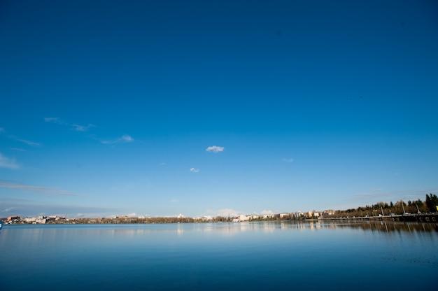青い空と街
