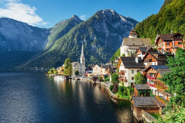 山の間のハルシュタットの町の高さからの眺め。オーストリア