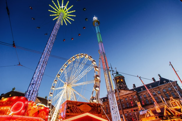 アムステルダムの中心部にある遊園地の夜