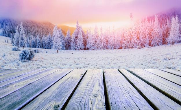 冬の風景と夕日のぼろぼろのテーブル。山カルパティア山脈、ウクライナ