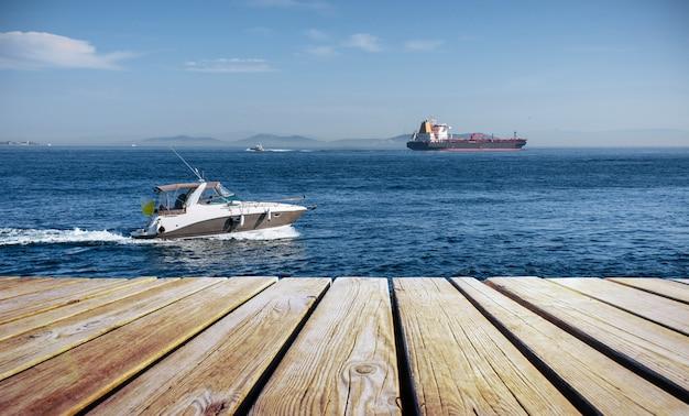 ビッグケミカルタンカーとパワーボート