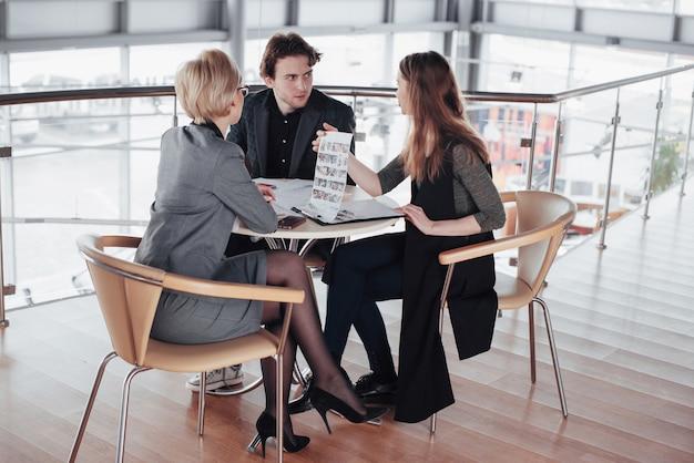 Начать бизнес. группа молодых архитекторов в офисе. работа в команде