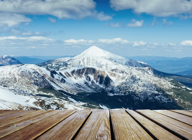冬とぼろぼろのテーブルの冬景色雄大な山々