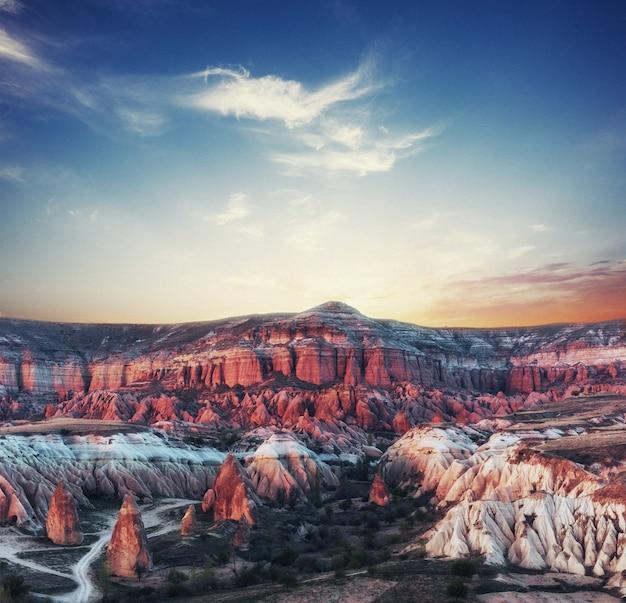 カッパドキアの峡谷の美しい夕日