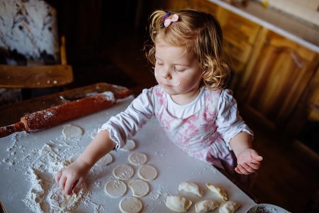 Ребенок готовит тесто