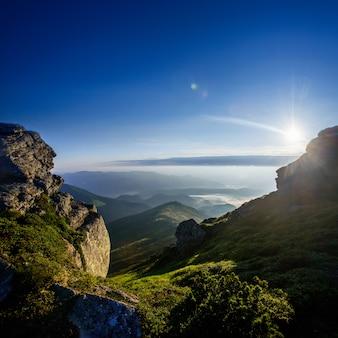 美しい日当たりの良い山の風景