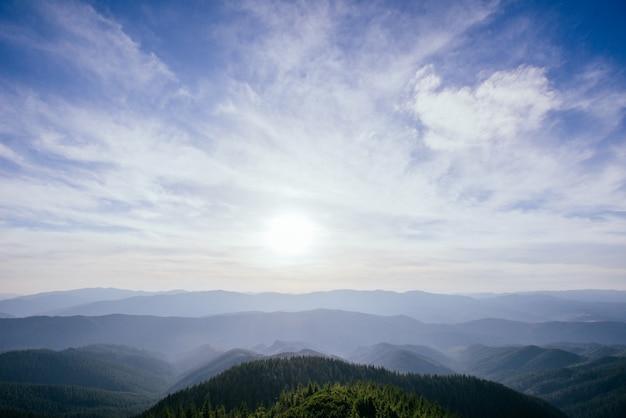 太陽と山とカラフルな空