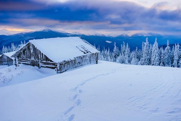 冬の山のキャビン