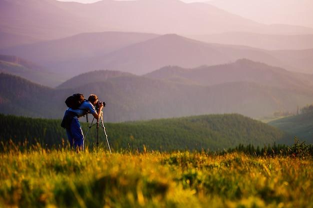 Профессиональный фотограф в горах.