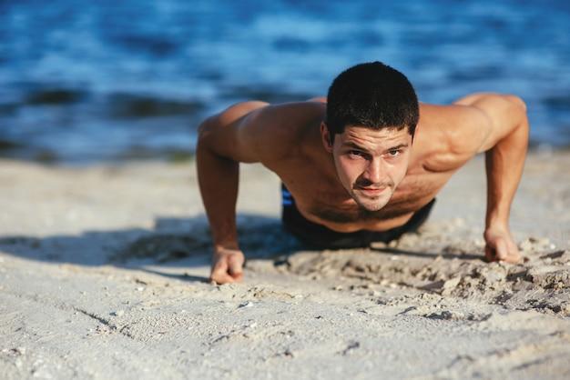 Сильный привлекательный бегун отталкивается от пола