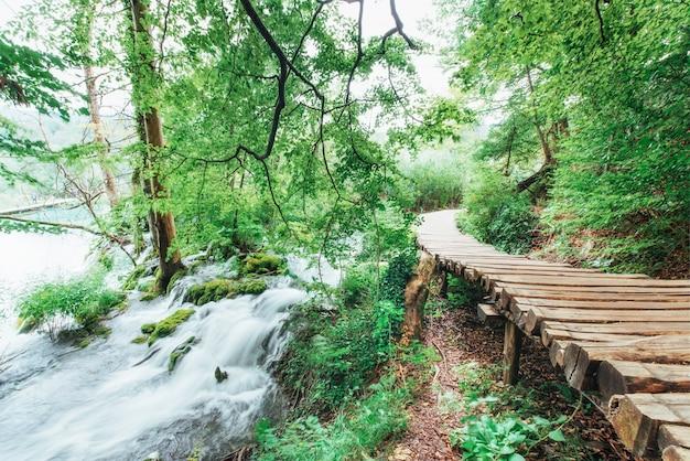 プリトヴィチェ湖群国立公園、滝に沿ったフローリングの観光ルート