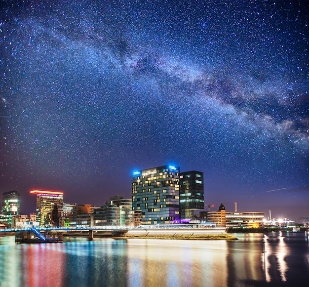 近代的な都市の夜の光