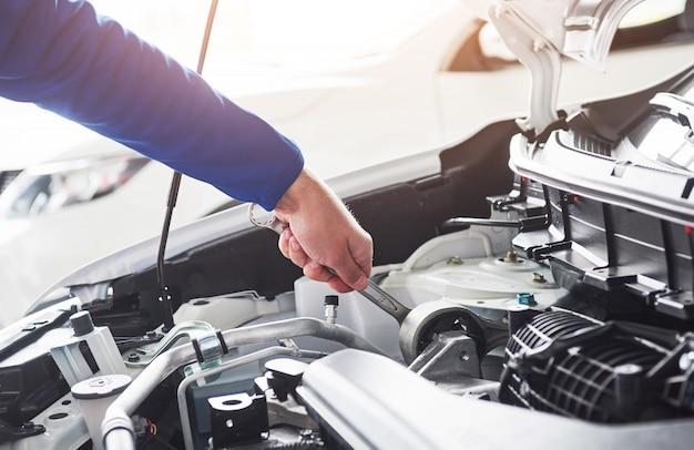 ガレージにレンチで自動車修理工の手