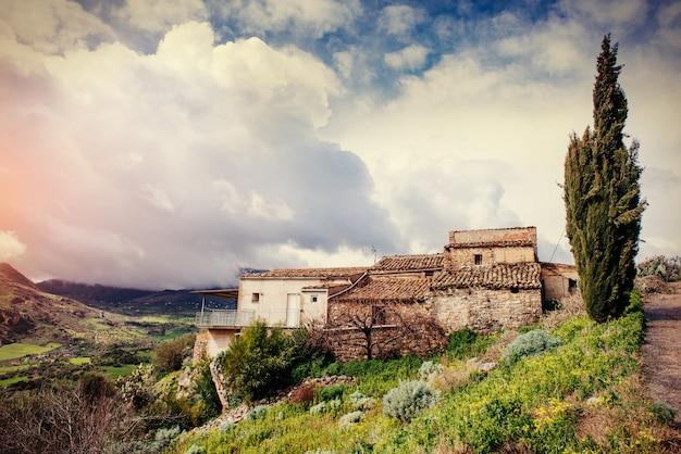 Весенняя панорама морского побережья города трапаны. сицилия, италия, европа
