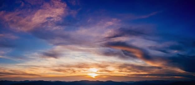 Небо с облаками и солнцем