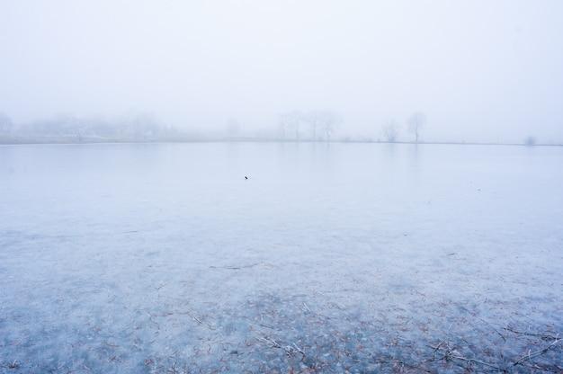 背景の凍った湖
