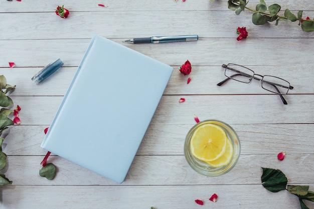 Книжные бокалы и лепестки цветов