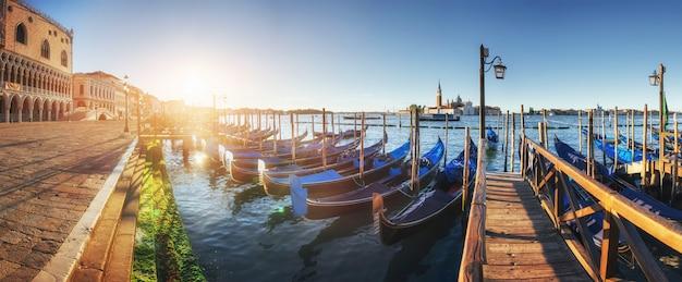 Гондолы в венеции - закат с церковью сан-джорджо маджоре. сан марко, венеция, италия