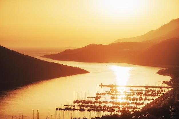日没のトルコの船の桟橋