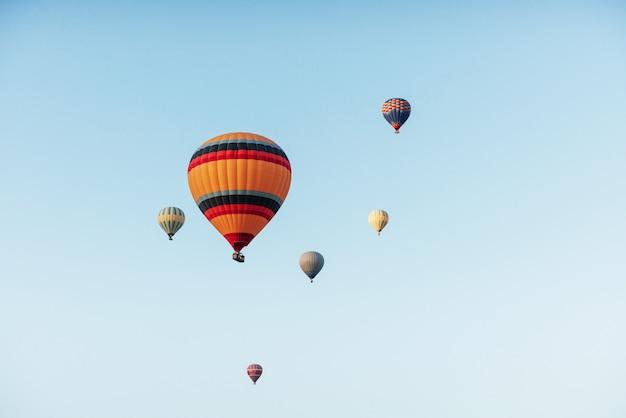に対してカラフルな熱気球のグループ