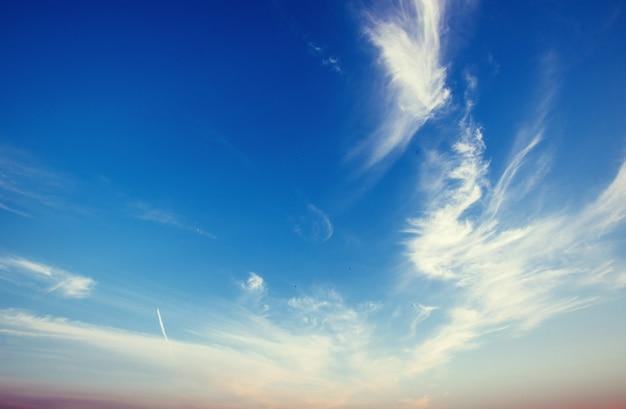 雲と夕焼けのピンクの空の素晴らしい景色