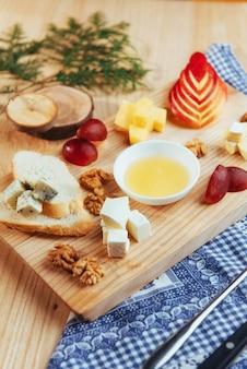 ブルーチーズドー、パルメザンチーズ、ブリーとプレート