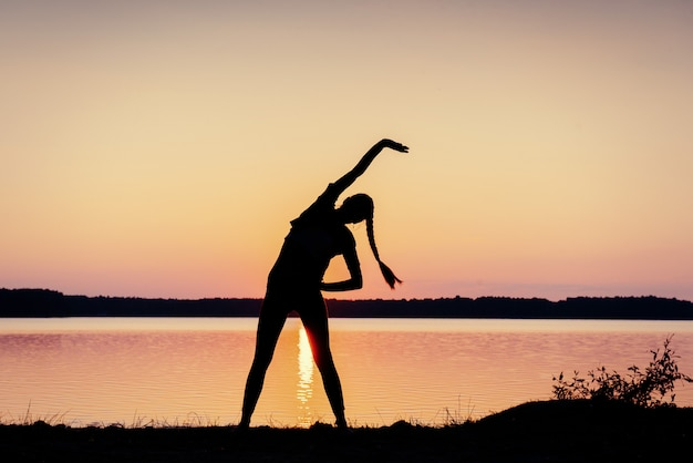 湖で夕暮れ時の女の子