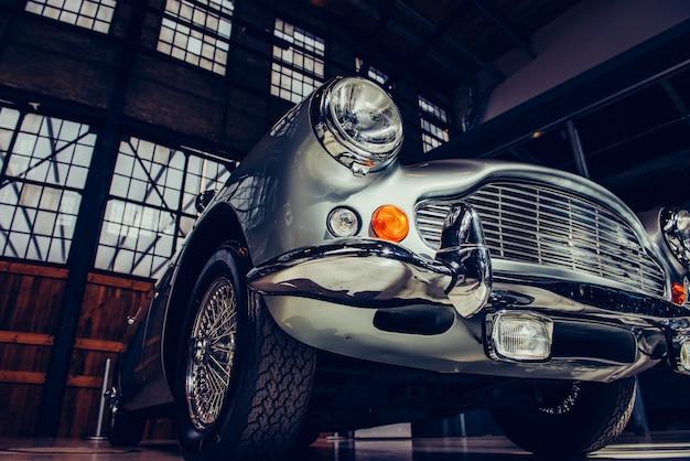 ヘッドライトとビンテージ自動車のフロントバンパーのクローズアップ