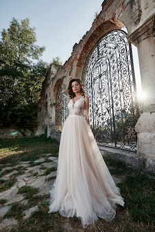 幸せな結婚式の日の幸せな瞬間を楽しんでいるウェディングドレスを着た女性。