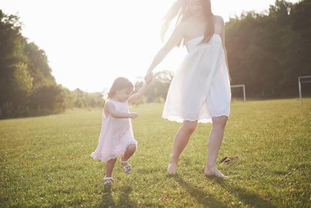 夏の晴れた日に母と女の赤ちゃん。
