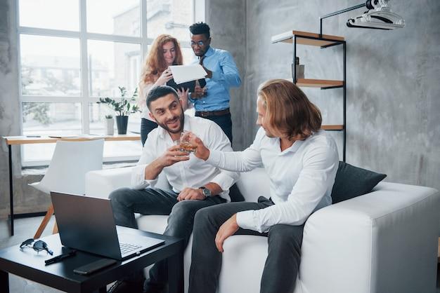 Снято для бизнеса. группа многорасовых офисных работников в формальной одежде, говорить о задачах и планах