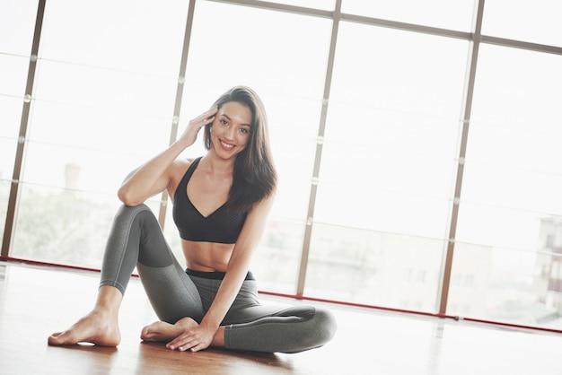 体操選手の女性を引き伸ばすと、ジムでひもが割れます。
