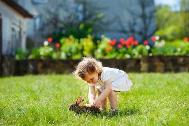 Ребенок с кроликом