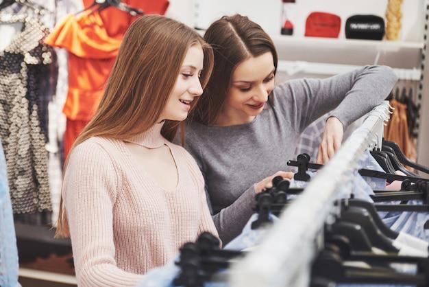 Молодые красивые женщины на еженедельном рынке одежды