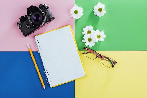 ノート、鉛筆、メガネ、コーヒー、香りの良い白い花。
