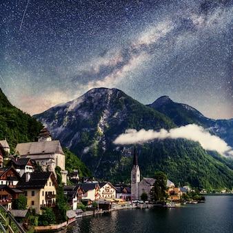 Фантастический звездный путь и звездное небо. приморская вилла. италия