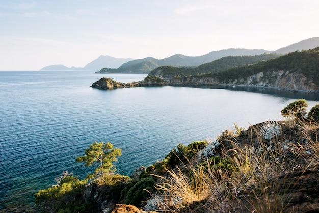 夕方にはトルコの海岸の地中海の青い海の波