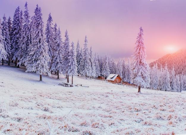 Хижина в горах зимой