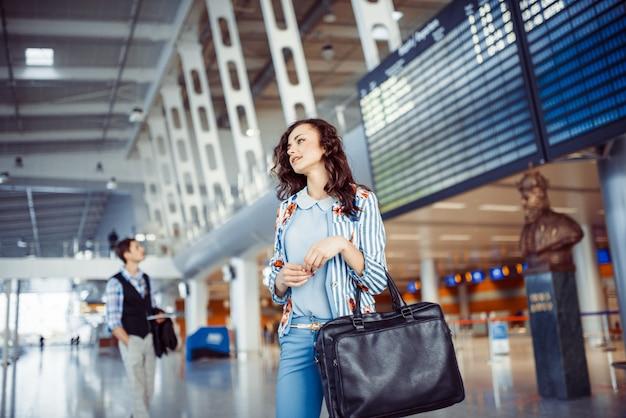Молодая женщина в аэропорту