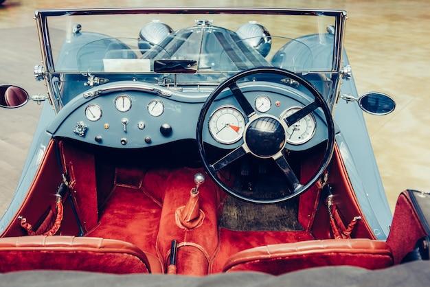古い自動車のレトロなインテリア