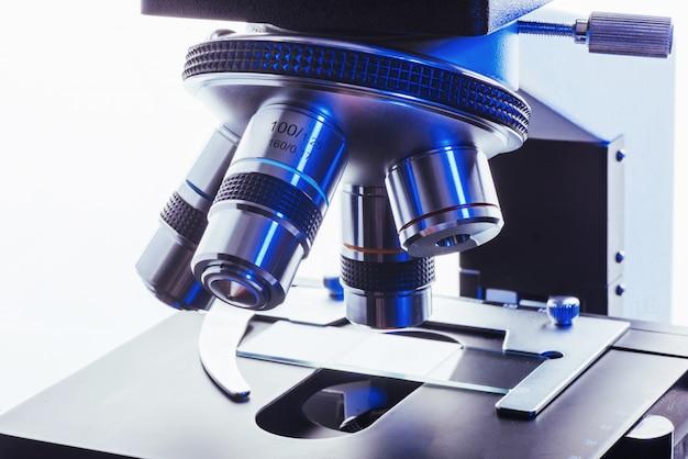 実験室で顕微鏡のクローズアップ。