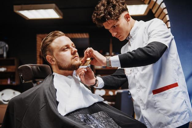 理髪店や美容院での男性のヘアスタイリングと散髪。