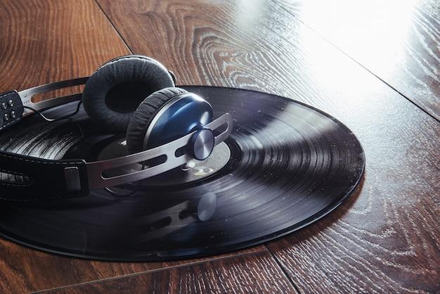 ビニールレコードとヘッドフォン木製テーブルの上