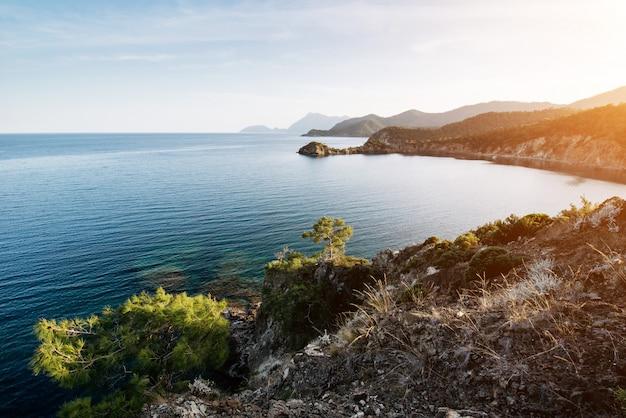 Волна синего моря средиземного моря на побережье турции вечером