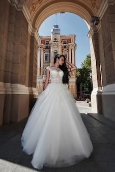 Красивая сексуальная женщина в свадебном платье в очаровательном замке.
