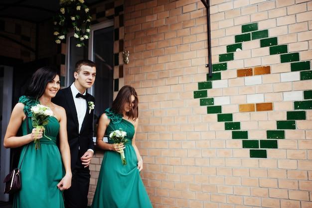 花嫁と花嫁介添人の結婚式の日