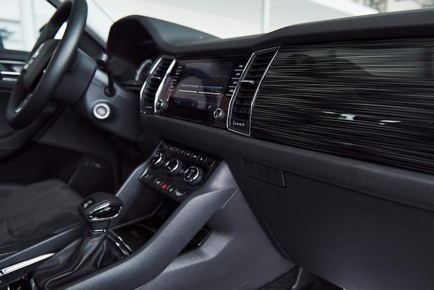 高級車のインテリア-ステアリングホイール、シフトレバー、ダッシュボード