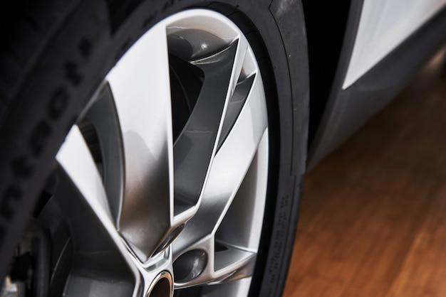 Часть современного нового колеса автомобиля с дисковой тормозной колодкой