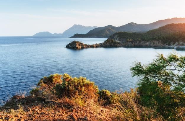 Синее море волна средиземного моря на побережье турции в вечернее время