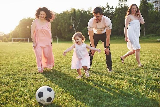 Расслабьтесь всей семьей. несколько поколений собрались вместе для прогулки по парку
